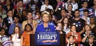 """<p>Сенатор-демократ Хиллари Клинтон готовится к выступлению в Нью-Йорке в день первичных выборов, или """"праймериз"""", в Южной Дакоте и Монтане, 3 июня 2008 года. Хиллари Клинтон сегодня вечером признает, что ее главный соперник Барак Обама одержал верх в борьбе за количество голосов делегатов, необходимых для выдвижения от Демократической партии на президентских выборах, сообщает Associated Press. (REUTERS/Gary Hershorn)</p>"""