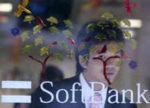 <p>Apple s'est associé à Softbank, le troisième opérateur japonais, pour lancer cette année l'iPhone dans l'archipel nippon, où le marché de la téléphonie mobile est l'un des plus avancés au monde. /Photo d'archives/REUTERS/Yuriko Nakao</p>