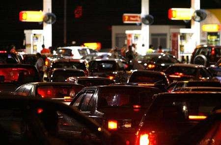 Motorists line up to buy petrol before the price increase at midnight, in Putrajaya June 4, 2008. REUTERS/Bazuki Muhammad