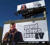 """<p>Un cartellone pubblicitario che reclamizza il videogioco """"Grand Theft Auto 4"""" sulla facciata di un edificio di Los Angeles. REUTERS/Lisa Baertlein</p>"""