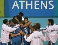 <p>La squadra maschile italiana di volley durante una partita alle Olimpiadi di Atene nel 2004. REUTERS/Jorge Silva</p>