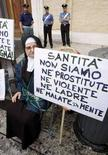 <p>La suora di clausura Albina Locantore protesta all'esterno del Vaticano. REUTERS/Alessandro Bianchi</p>