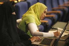 <p>Donne alla cerimonia di apertura del 4° Forum arabo degli insegnanti per l'innovazione, a Skhirat, vicino Rabat, il 22 aprile 2008. REUTERS/Rafael Marchante (Marocco)</p>