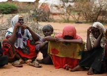 <p>Famiglia proveniente dalla regione etiope di Ogaden, rifugiata a Dadaab, Kenya nordorientale, nel novembre del 2007. REUTERS/Radu Sigheti (KENYA)</p>