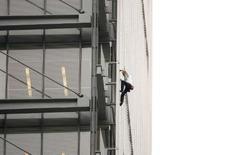 """<p>Alain Robert, lors de son ascension de l'immeuble du New York Times la semaine dernière. L'""""homme araignée"""" français, qui était accusé d'atteinte à la propriété privée et de comportement dangereux, a été relaxé par la justice américaine. /Photo prise le 5 juin 2008/REUTERS/Lucas Jackson</p>"""