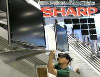 <p>Le groupe japonais Sharp va commercialiser la semaine prochaine de l'écran LCD le plus grand au monde, d'une diagonale de 108 pouces (274 centimètres). L'écran à cristaux liquides, vendu près de 11 millions de yens (66.390 euros), sera produit sur commande et vise essentiellement les entreprises. /Photo d'archives/REUTERS/Las Vegas Sun/Steve Marcus</p>