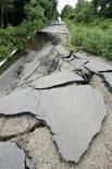 <p>Разрушенная дорога в городе Осу в префектуре Ивата 14 июня 2008 года. Как минимум 3 человека погибли и более 100 получили ранения результате землетрясения силой 7,2 балла на севере Японии. (REUTERS/KYODO)</p>
