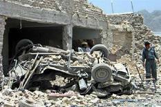 """<p>Сотрудник афганской полиции исследует здание тюрьмы, которое атаковали боевики движения """"Талибан"""", в Кандагаре 14 июня 2008 года. В результате атаки боевиков экстремистского движения """"Талибан"""" на тюрьму в городе Кандагар в пятницу нескольким сотням заключенных удалось бежать, сообщили власти города. (REUTERS/Ismail Sameem)</p>"""