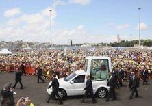 <p>La papamobile di Benedetto XVI a Brindisi. REUTERS/Fabio Serino</p>