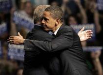 <p>Barack Obama e Al Gore in una foto d'archivio. REUTERS/Rebecca Cook (UNITED STATES)</p>