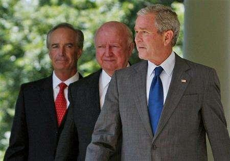 President Bush walks with Secretary of the Interior Dirk Kempthorne (L) and Secretary of Energy Samuel Bodman through the colonnade to make a statement on oil drilling and energy in the Rose Garden at the White House in Washington June 18, 2008. REUTERS/Jim Young