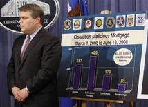 <p>Il vice ministro Usa della Giustizia Mark Filip accanto a un cartello dell'Fbi che illustra l'operazione lanciata nell'inchiesta sui mutui subprime. REUTERS/Jason Reed (UNITED STATES)</p>