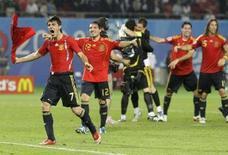 <p>Игроки сборной Испании радуются победе в серии пенальти над командой Италии в Вене 22 июня 2008 года. Сборная Испании по футболу в воскресенье победила команду Италии в серии пенальти и вышла в полуфинал Чемпионата Европы-2008, где ей предстоит сразиться с россиянами. (REUTERS/Michael Dalder)</p>