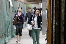 <p>Les grands fabricants chinois de téléphones portables, comme Ningbo Bird, s'inquiètent de la prolifération des imitations dans le monde sans pitié des fabricants de combinés d'entrée de gamme. /Photo d'archives/REUTERS/Nir Elias</p>