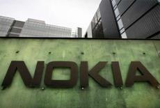 <p>Le numéro un mondial des téléphones portables, Nokia, qui cherche à se développer dans les services sur internet, a racheté le site communautaire Plazes. /Photo prise le 11 avril 2008/REUTERS/Bob Strong</p>