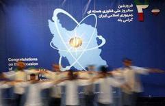 <p>Танцоры выступают на мероприятии, посвященном иранскому Национальному дню атомной технологии в Тегеране 8 апреля 2008 года. Страны Евросоюза в понедельник договорились наложить новые санкции на Иран, включая замораживание активов иранского государственного банка в связи с отказом этой ближневосточной страны свернуть ядерную программу, однако Тегеран во вторник заявил о намерении продолжать разработки. (REUTERS/Raheb Homavandi)</p>