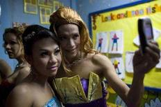<p>Due travestiti REUTERS/John Javellana</p>