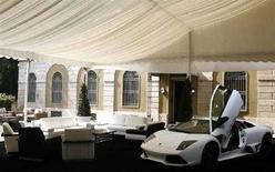 <p>Автомобиль марки Lamborghini представлен как часть интерьера, разработанного домом Versace в Милане 18 апреля 2007 года. Дом Versace разработает дизайн салона ограниченной серии машин Lamborghini Murcielago LP640 Roadster, а также создаст специальные аксессуары, говорится в совместном заявлении представителей двух люксовых брэндов. (REUTERS/Stefano Rellandini)</p>