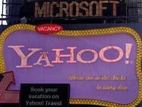 <p>La scritta Microsoft sopra una insegna di Yahoo a New York. REUTERS/Joshua Lott (UNITED STATES)</p>