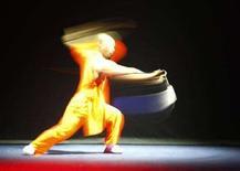 <p>Un monaco shaolin si esibisce in una performance di kung fu combinata con esercizi Tai-chi alla Valletta, Malta, il 16 maggio scorso. REUTERS/Darrin Zammit Lupi</p>