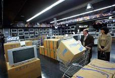 <p>Un negozio di elettronica di largo consumo a Civitavecchia, in provincia di Roma. REUTERS/Giampiero Sposito</p>