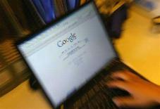 <p>Un portatile sull'home page di Google. REUTERS/Jason Lee</p>