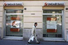 <p>Un passante davanti a una agenzia di Unicredit a Roma. REUTERS/Dario Pignatelli (ITALY)</p>