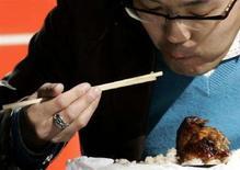 <p>Un giapponese mangia con le bacchette. REUTERS/Yuriko Nakao (JAPAN)</p>