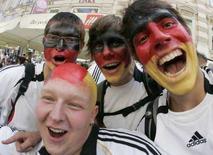<p>Alcuni tifosi tedeschi in attesa della finale di stasera della Germania contro la Spagna per la vittoria degli Europei. REUTERS/Herwig Prammer</p>