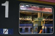 <p>Un pendolare addormentato sul treno. REUTERS/Laszlo Balogh</p>