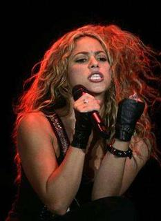 Shakira performs during ''The Concert For The Children'' organized for the Latin American aid organization ALAS (Latin American in Solidarity Action) in Buenos Aires, May 17, 2008. REUTERS/Enrique Marcarian