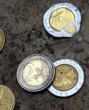 <p>Una moneta da due euro in una immagine di archivio. REUTERS/Tony Gentile</p>