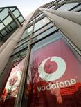 <p>Vodafone Group rachète pour 900 millions de dollars (573 millions d'euros) de 70% du capital de Ghana Telecom, le troisième opérateur ghanéen de téléphonie mobile. /Photo d'archives/REUTERS/Toshiyuki Aizawa</p>
