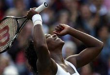 <p>Американка Серена Уильямс радуется победе в матче Уимблдонского турнира над китаянкой Чжэн Цзе в Лондоне 3 июля 2008 года. В финале Уимблдонского теннисного турнира сыграют сестры Уильямс. (REUTERS/Kevin Lamarque)</p>