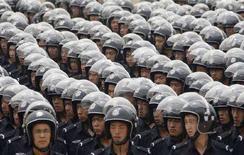 <p>Сотрудники полиции на военном параде вТайюане 30 июня 2008 года. Заместитель министра общественной безопасности Китая Ян Хуаньнин считает, что Олимпийские игры в Пекине чреваты саботажем и беспорядками, сообщили государственные СМИ в пятницу. (REUTERS/Stringer)</p>