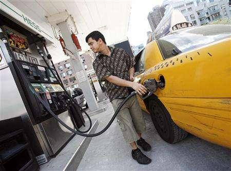 A New York City cab driver fills his taxi up with gas at a Hess station in New York July 2, 2008. REUTERS/Shannon Stapleton