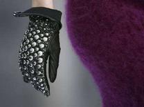 <p>Una modella con i guanti sfila in passerella. Foto d'archivio. REUTERS/Stefano Rellandini (ITALY)</p>