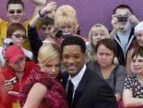 """<p>L'attore statunitense Will Smith e l'attrice sudafricana Charlize Theron all'apertura del Festival del Cinema di Mosca, dove hanno promosso il film """"Hancock"""", il 19 giugno 2008. REUTERS/Sergei Karpukhin (Russia)</p>"""