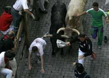 <p>Corsa dei tori a Pamplona, il 7 luglio 2008. REUTERS/Joseba Etxaburu (Spagna)</p>