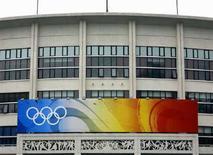 <p>Insegna con i cinque anelli simbolo dei Giochi Olimpici all'ingresso del Gymnasium dei Lavoratori a Pechino, il 9 luglio 2008. REUTERS/David Gray (Cina)</p>