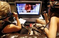 <p>Due ragazze giocano ad un videogame. REUTERS/Arnd Wiegmann</p>