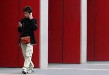 <p>Gartner revoit à la baisse son estimation de la croissance du marché mondial des téléphones portables en 2008. Il explique qu'elle devrait se situer entre 10% et 11%, contre 10% à 15% prévu fin mai. /Photo d'archives/REUTERS/Jason Lee</p>