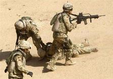 <p>Военнослужащие немецкого подразделения ISAF эвакуируют раненого к северу от Кабула сослуживца 1 июля 2008 года. (REUTERS/Fabrizio Bensch)</p>