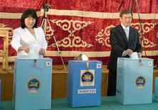 <p>Президент Монголии Намбарын Энхбаяр и его супруга Онон Цолмон опускают избирательные бюллетени в урны для голосования в Улан-Баторе 29 июня 2008 года. Центральная избирательная комиссия Монголии объявила в понедельник официальные результаты парламентских выборов, прошедших 29 июня, согласно которым победу одержала правящая Монгольская народная революционная партия (МНРП). (REUTERS/Zeev Rozen)</p>
