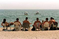 <p>Un gruppo di giovani ateniesi prende il sole in una spiaggia in Grecia. REUTERS/Yiorgos Karahalis</p>