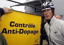 <p>Immagine d'archivio dei controlli antidoping al Tour de France. REUTERS/Regis Duvignau (FRANCE)</p>