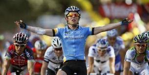 <p>Mark Cavendish festeggia la vittoria della 13esima tappa del Tour de France. REUTERS/Regis Duvignau</p>