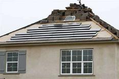 <p>Pannelli solari sul tetto di una casa in costruzione in California, nel luglio 2008. REUTERS/Mike Blake (Usa)</p>