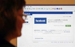 <p>Un ragazzo usa Facebook. REUTERS/Simon Newman</p>