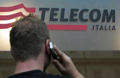 <p>Un uomo al telefono davanti a un centro Telecom Italia. REUTERS/Dario Pignatelli (ITALY)</p>